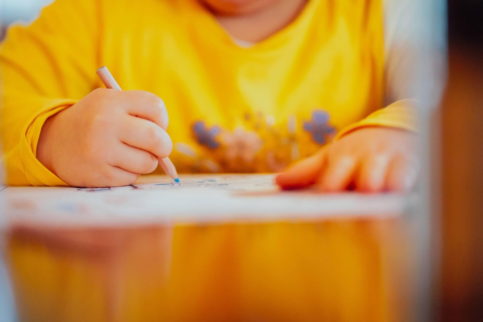 Obkreslování, vybarvování a malování patří k běžným činnostem dětí v předškolním věku