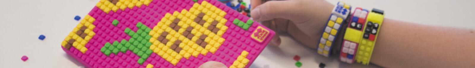 PIXIE CREW silikonový náramek s pixely na ruku