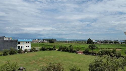 Pohled z okna sídla společnosti Krishna Herbal - Planet Ayurveda