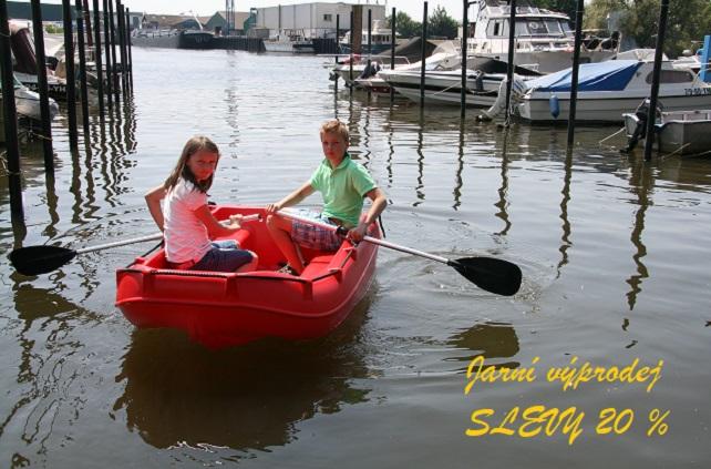 plastové čluny pro děti