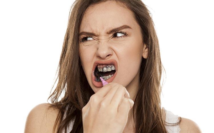 Černé uhlí na zuby
