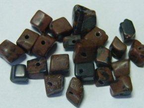 Barvený kámen hnědý, zlomky, 10cm návleku, cca 5g