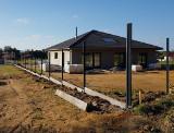 Stavba plotu z antracitových 3D panelov