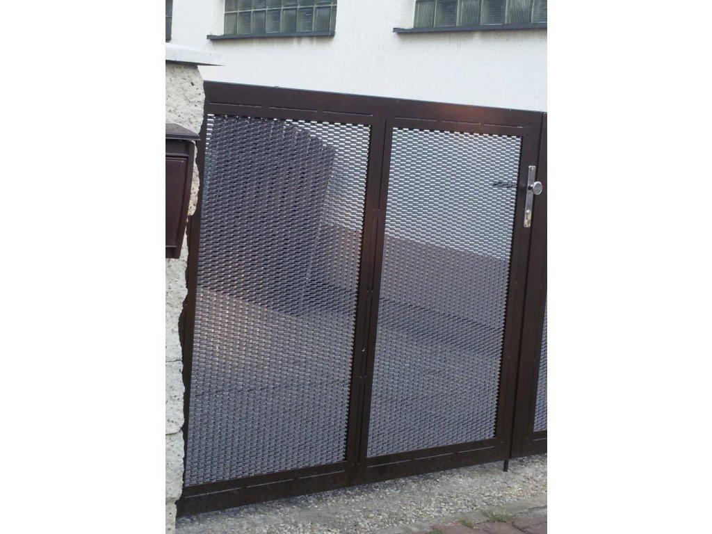 Jednokřídlá brána s výplní z tahokovu a přípravou na pohon (Barva rámu komaxit černá, Barva výplně zinek, Velikost 3000x1800mm)