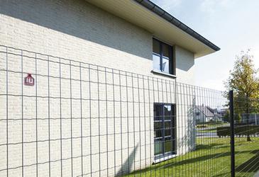 Moderní ploty v barvě antracit kolem rodinného domu.