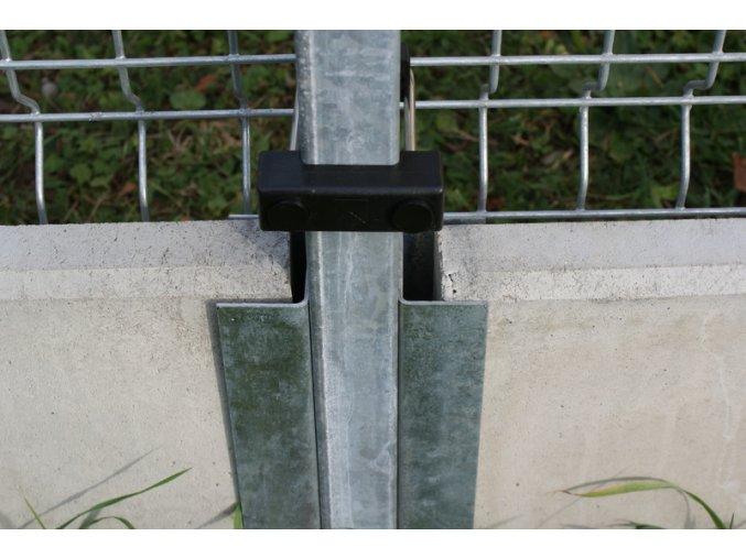 Držák betonové desky k nanýtování na jeklový sloupek - výška 30 cm