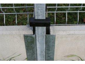 Držák betonové desky k nanýtování na jeklový sloupek - výška 20 cm