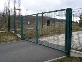 Atypická dvoukřídlá brána