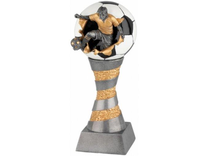 Soška fotbalista s míčem