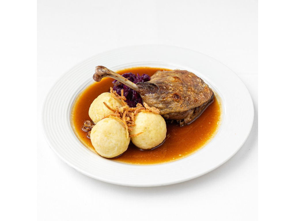 Confit z kachny s červeným zelím a bramborovým knedlíkem s cibulkou