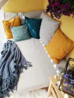 Matrace s polštáři na venkovní postel
