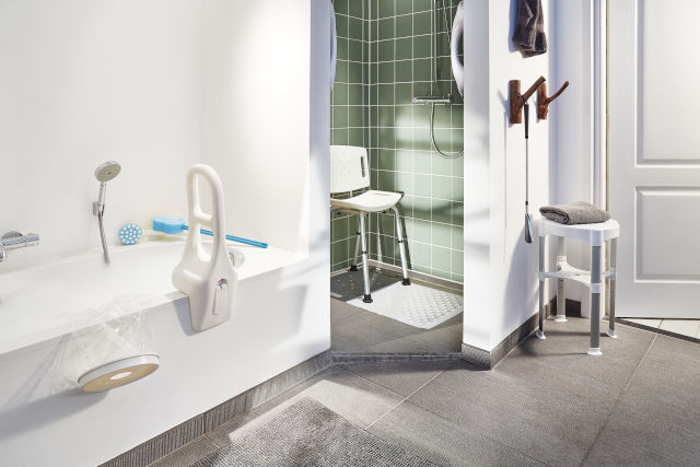 Ako vybrať pomôcky do kúpeľne pre seniorov?
