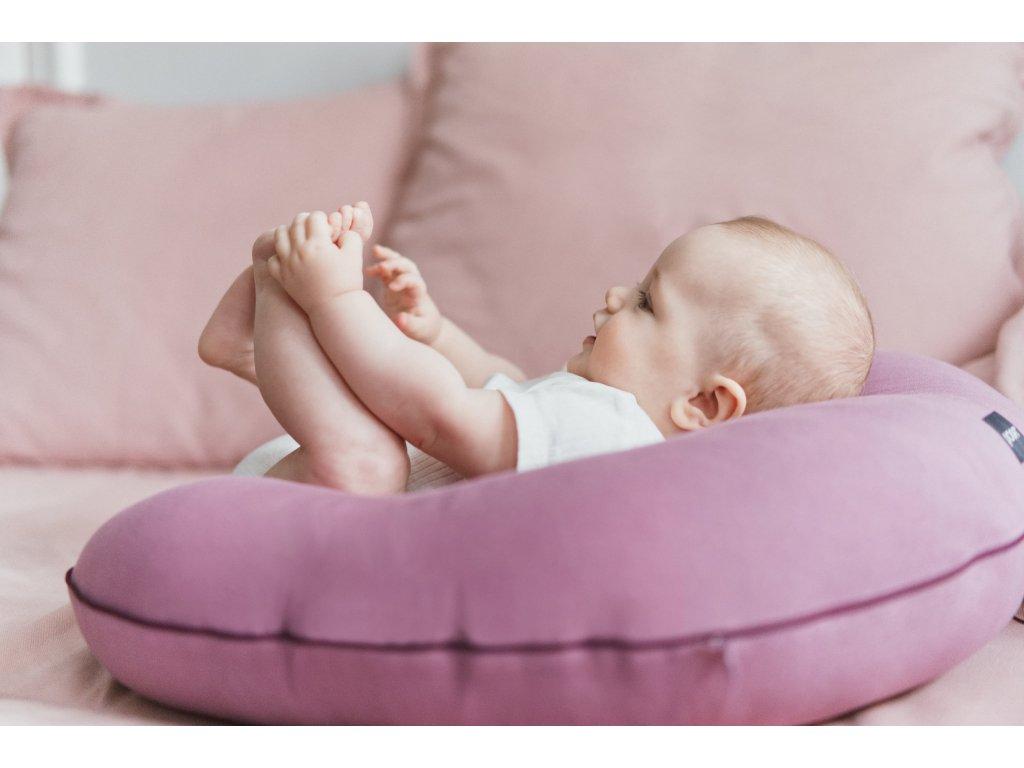 kojici polstar POOFI z biobavlny fialova barva kojeni je radost