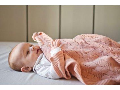 PF404 poofi pletena deka pro deti broskvova sachovnice