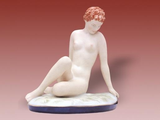 figurka--porcelanova--akt--sedici--v--trave--isis--royal--dux