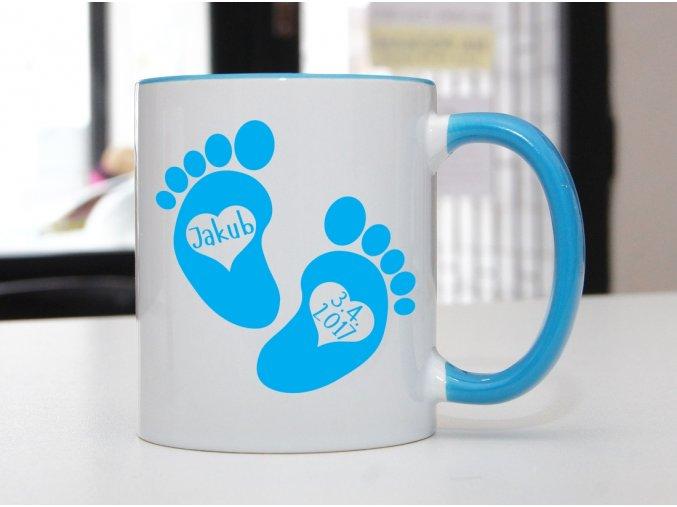 hrnek modrý otisky nohou