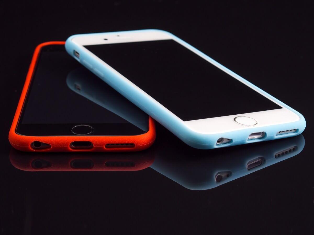 Plast, kov, drevo či koža: z akého materiálu si vybrať kryt na mobil?
