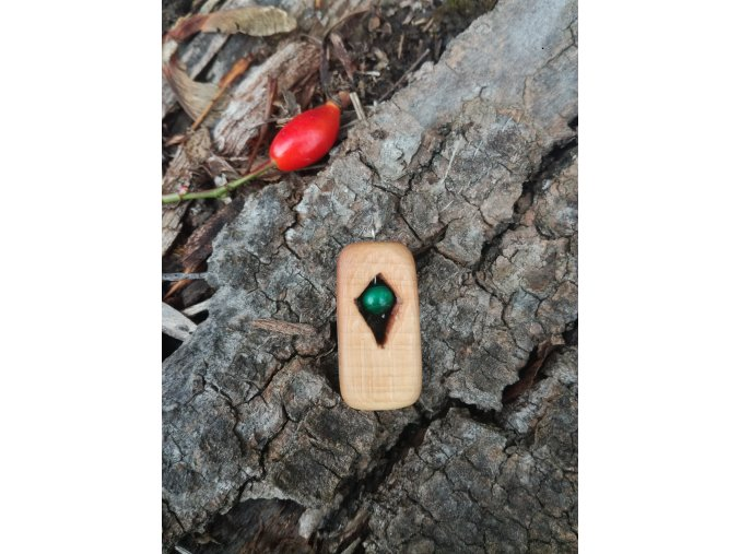 Dřevěný přívěsek s malachitem