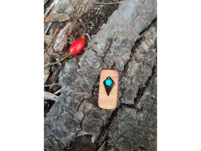 Dřevěný přívěsek s tyrkysem (2)
