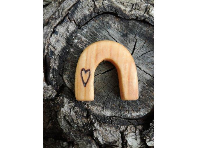 Dřevěný přívěsek podkova