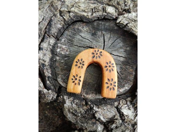 Dřevěný amulet pro štěstí