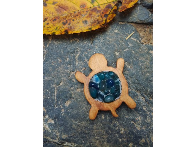 Dřevěný přívěsek želva s modrými minerálními kameny v pryskyřici  DŘEVĚNÉ ŠPERKY | PŘÍRODĚ NA DOSAH