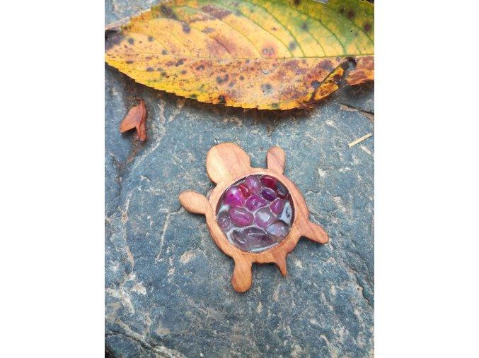 Dřevěný přívěsek želva s růžovými kameny v pryskyřici  DŘEVĚNÉ ŠPERKY   PŘÍRODĚ NA DOSAH