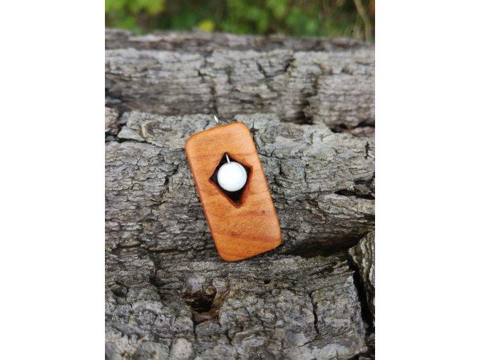 Dřevěný přívěsek ze dřeva třešně s howlitem  DŘEVĚNÉ ŠPERKY | PŘÍRODĚ NA DOSAH