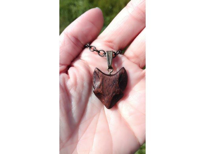 Přírodní náhrdelník s přívěskem lišky ze dřeva tmavého ořechu