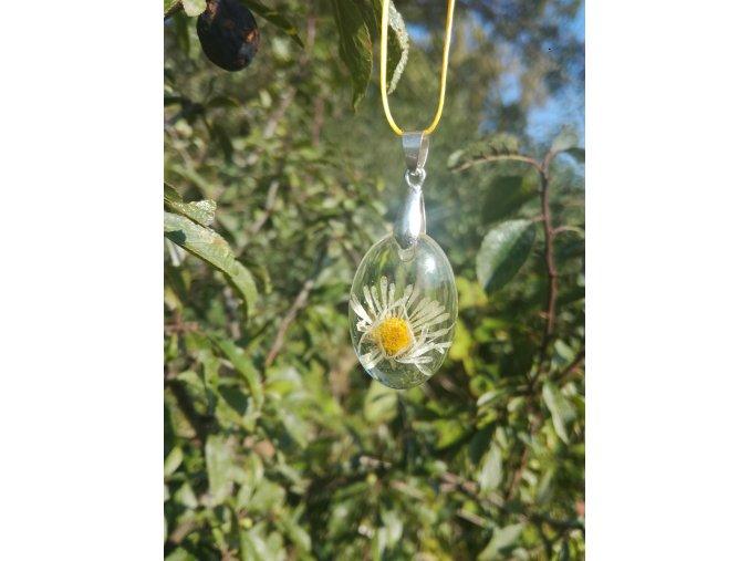 Přívěsek z pryskyřice s luční květinou