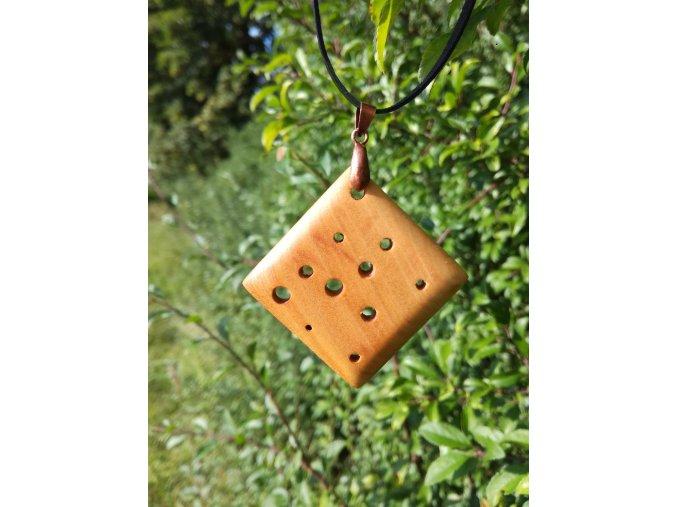 Dámský přívěsek ze dřeva třešně
