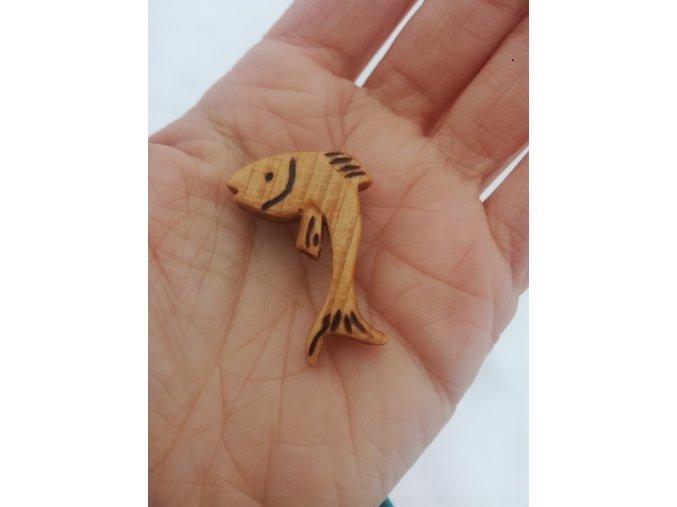 Dřevěná brož podle znamení zvěrokruhu ryby ze dřeva lípy