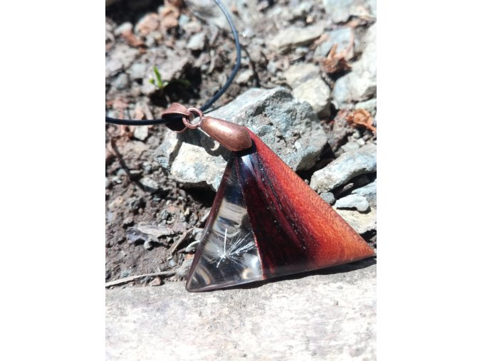 Přívěsek na krk dřevo a pryskyřice s pampeliškovým chmýřím