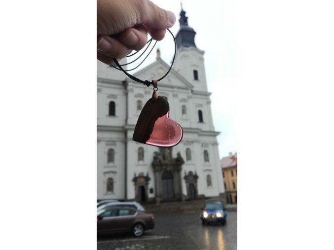 Přívěsek na krk ze dřeva a pryskyřice srdce