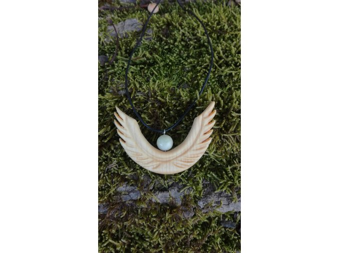 Andělský přívěsek ze dřeva a mustardu přírodní šperky