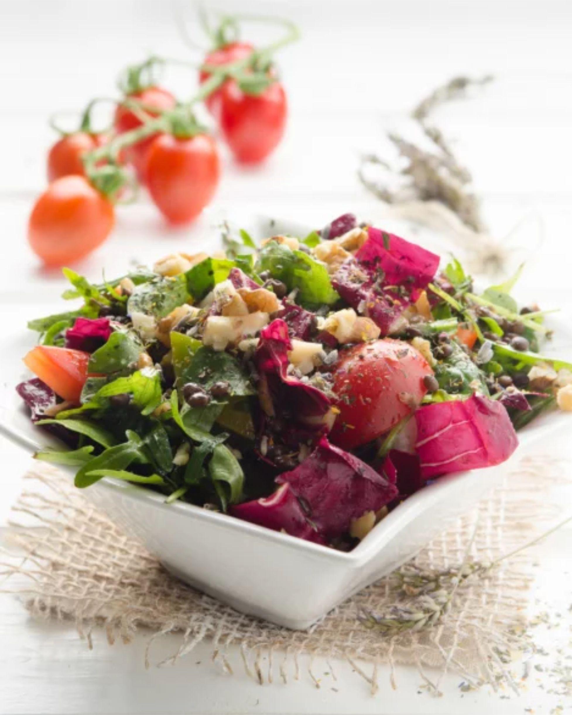Míchaný salát s opraženými oříšky a čočkou