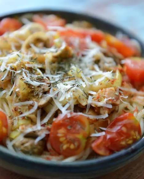 Špagety s žampiony, cherry rajčátky a pórkem