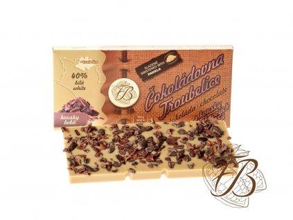 bílá čokoláda sypaná kakaovými boby