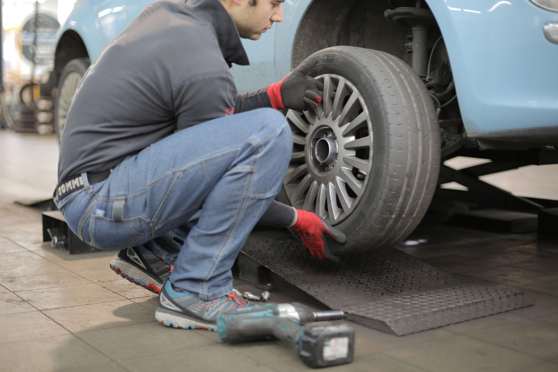 Zouvačka pneumatik - automatická nebo polo-automatická?