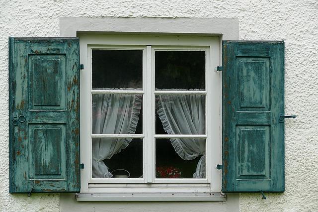 Samolepící těsnění aneb jak zamezit úniku tepla okny