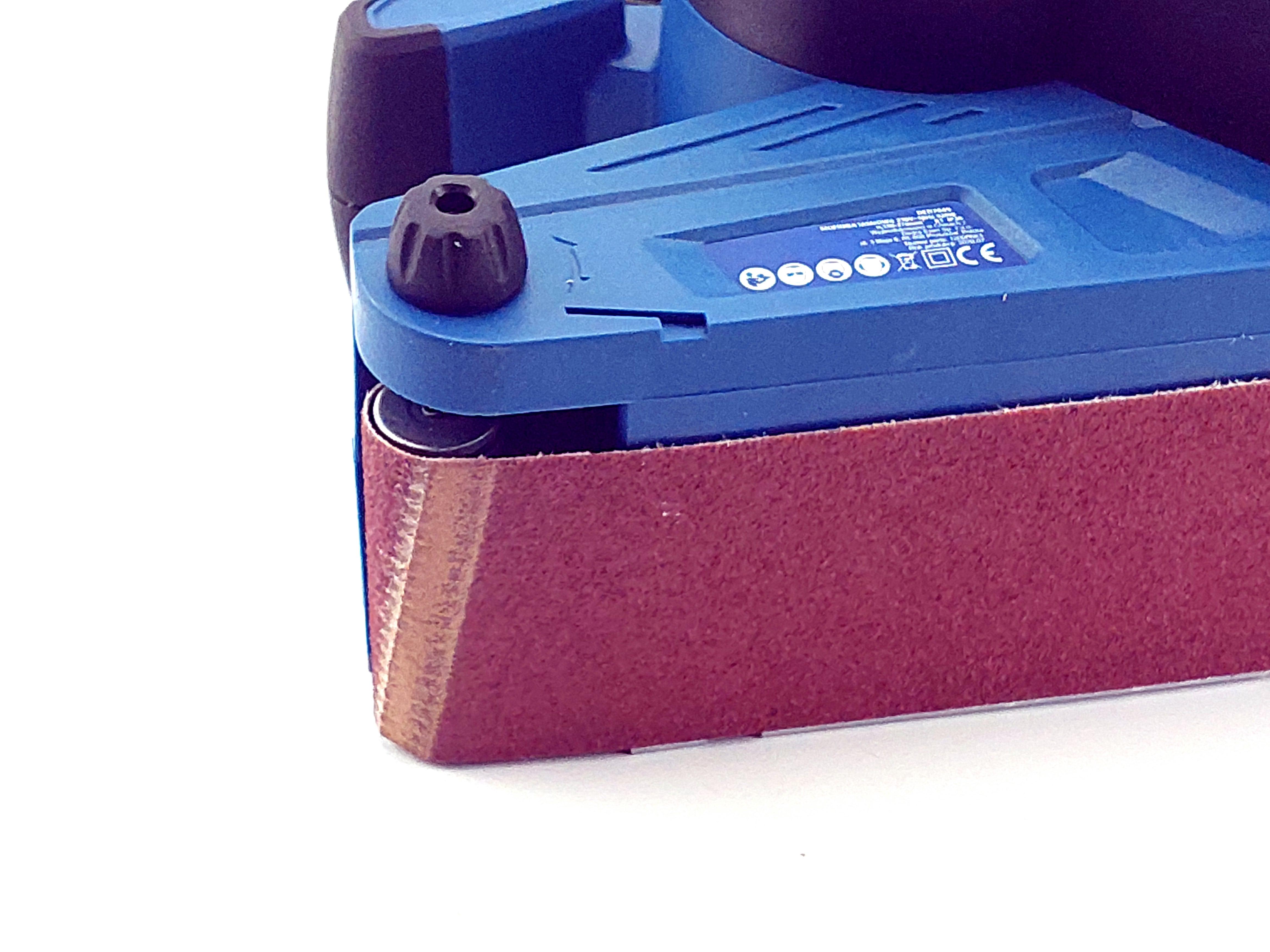 Pásová bruska 920W; nekonečný pás 75x533mm + regulace rychlosti pásu a integrované odsávání prachu