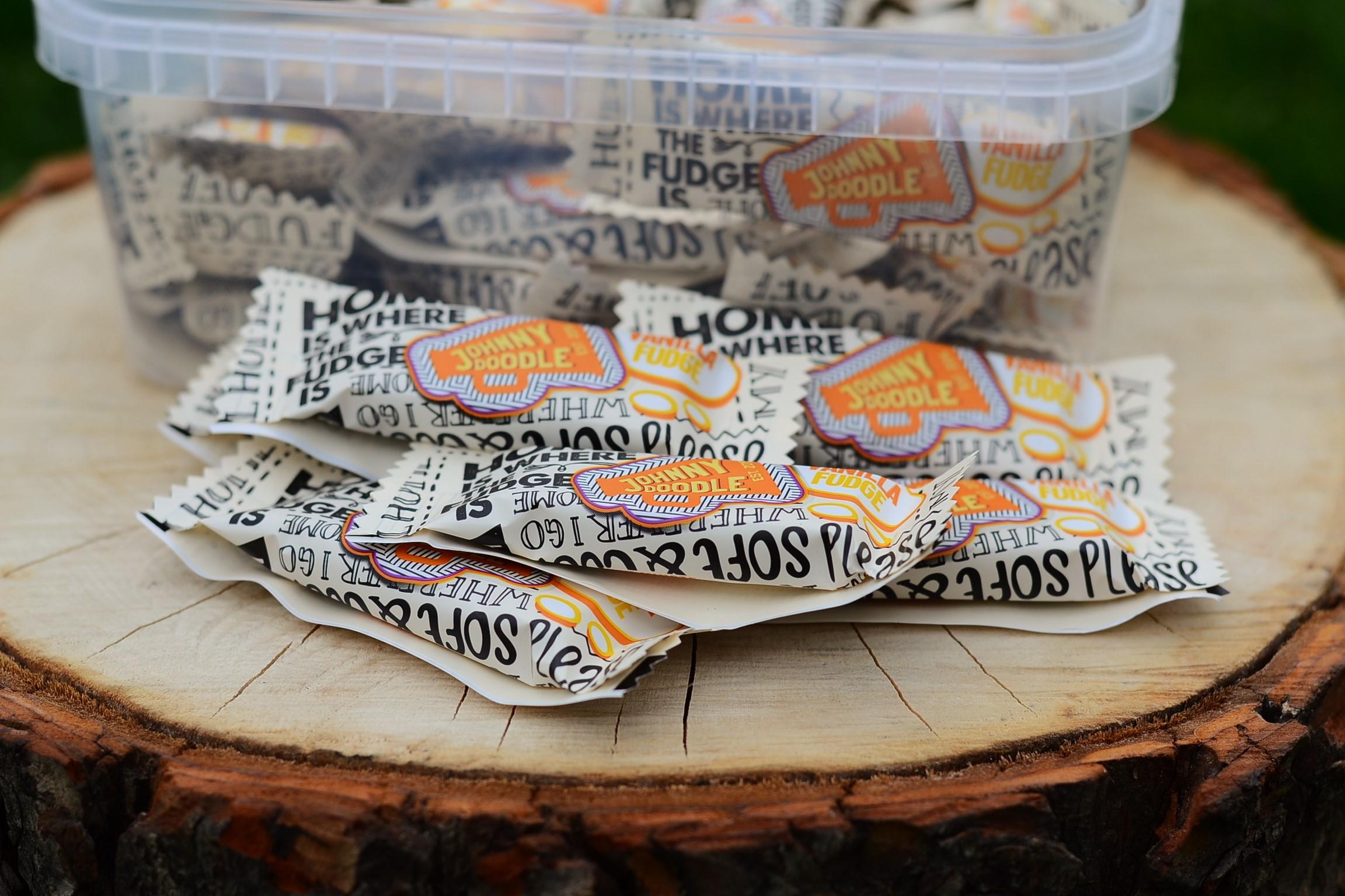 Box jednotlivě balených vanilkových karamelek - ideálních do kabelky, vždy připravených na mlsání.