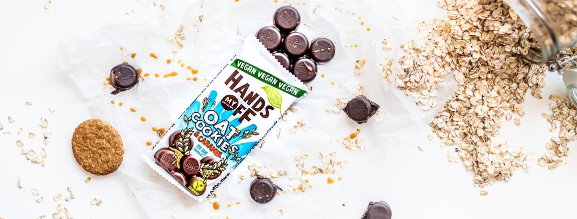 Skočte si hopsa pro trochu ovsa! 70% belgická čokoláda s kousíčky ovesných sušenek a karamelu skáče přesně tak, jak vaše chuťové buňky pískají.