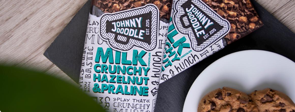 Mléčná čokoláda z Holandska s čokoládovo-pralinkovými kousky a lískovými ořechy. Neodolatelná chuť inspirovaná belgickými pralinkami.