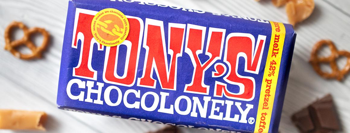 Pěkně vypečená čokoláda! Belgická mléčná tmavá čokoláda s obsahem kakaa nejméně 42 % s kousíčky preclíků a tvrdého karamelu. Křupněte si!