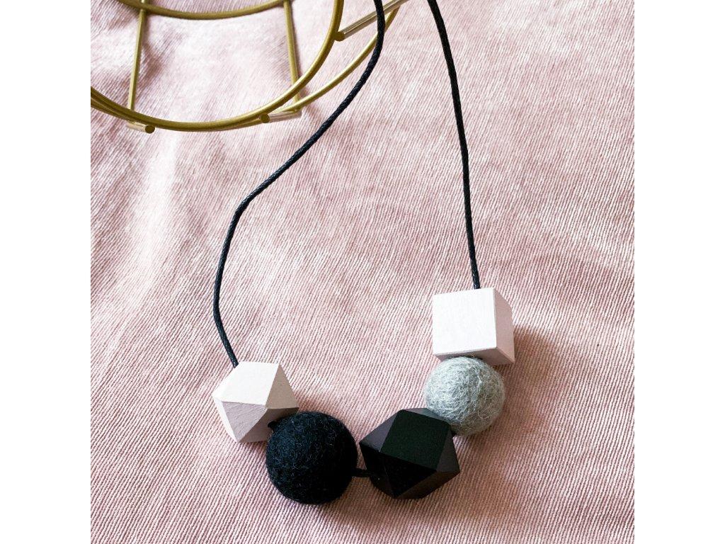 Dřevěný náhrdelník - Pastel na černé šnůrce