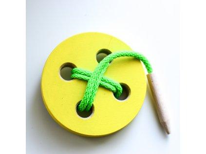 Dřevěný provlékací knoflík žlutý