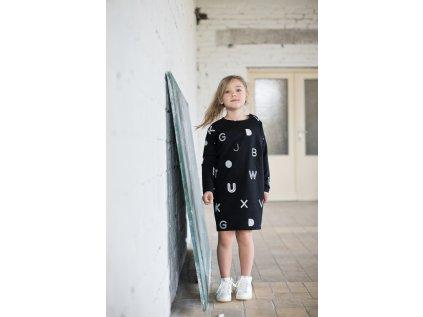 Oblíbené písmenkové šaty s ležérním jemně oversized střihem.