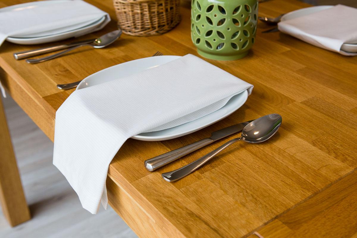 Desatero etikety stolování: Látkový ubrousek v restauraci? Co s ním?