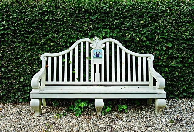 zahradna-lavicka-biela-rustikálna